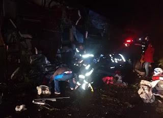 Ônibus desgovernado capota em acidente com mais de 15 mortos e feridos