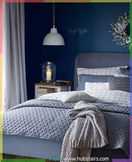 غرفة نوم أنيقة باللون الأزرق الداكن في الجدران والرمادي في المفارش