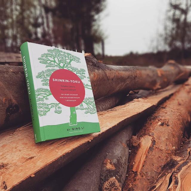 """""""Shinrin - Yoku. Sztuka i teoria kąpieli leśnych. Jak dzięki drzewom stać się szczęśliwszym i zdrowszym"""" dr QUING LI"""