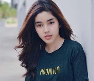 Fay Nabila Dengan Kaos Moonlight