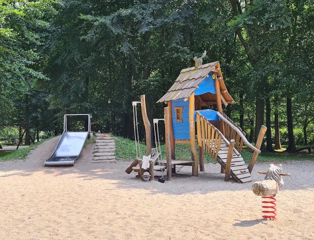 Drei geniale Rast- und Spielplätze auf der Fahrt in den Dänemark-Urlaub nahe der Autobahnen E45 und E20. Der Spielplatz im Trollpark in Vejen ist nur wenige Minuten von der dänischen Autobahn E 20 entfernt.
