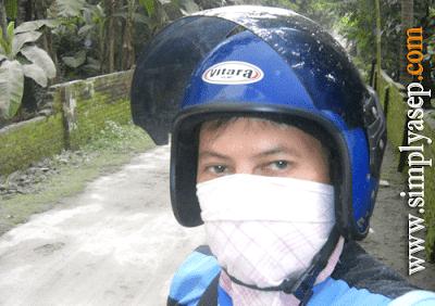 DEBU : Ini saya saat terjadinya letusan Merapi pada tahun 2020. Karena banyak debu merapi saat itu, maka saya memakai masker Foto Asep Haryono/ www.simplyasep.com