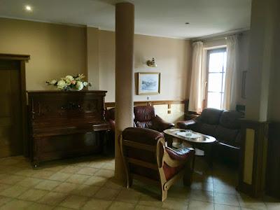 Hotel Lokis, Niedzica-Zamek, hol, kanapy, fotele wypoczynkowe