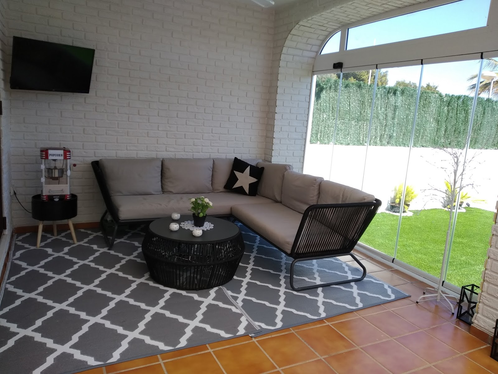 Salón y terraza interior revestidos con Ladrillo Bristol Blanco