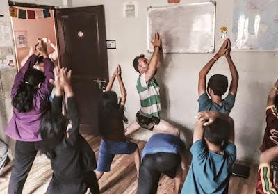 Voluntario haciendo yoga en el proyecto de Katmandú, en Nepal.