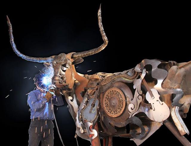 Artista transforma equipo viejo en increíbles esculturas