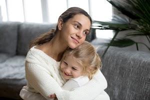Pentingnya Pelukan Orang Tua Bagi Tumbuh Kembang Anak