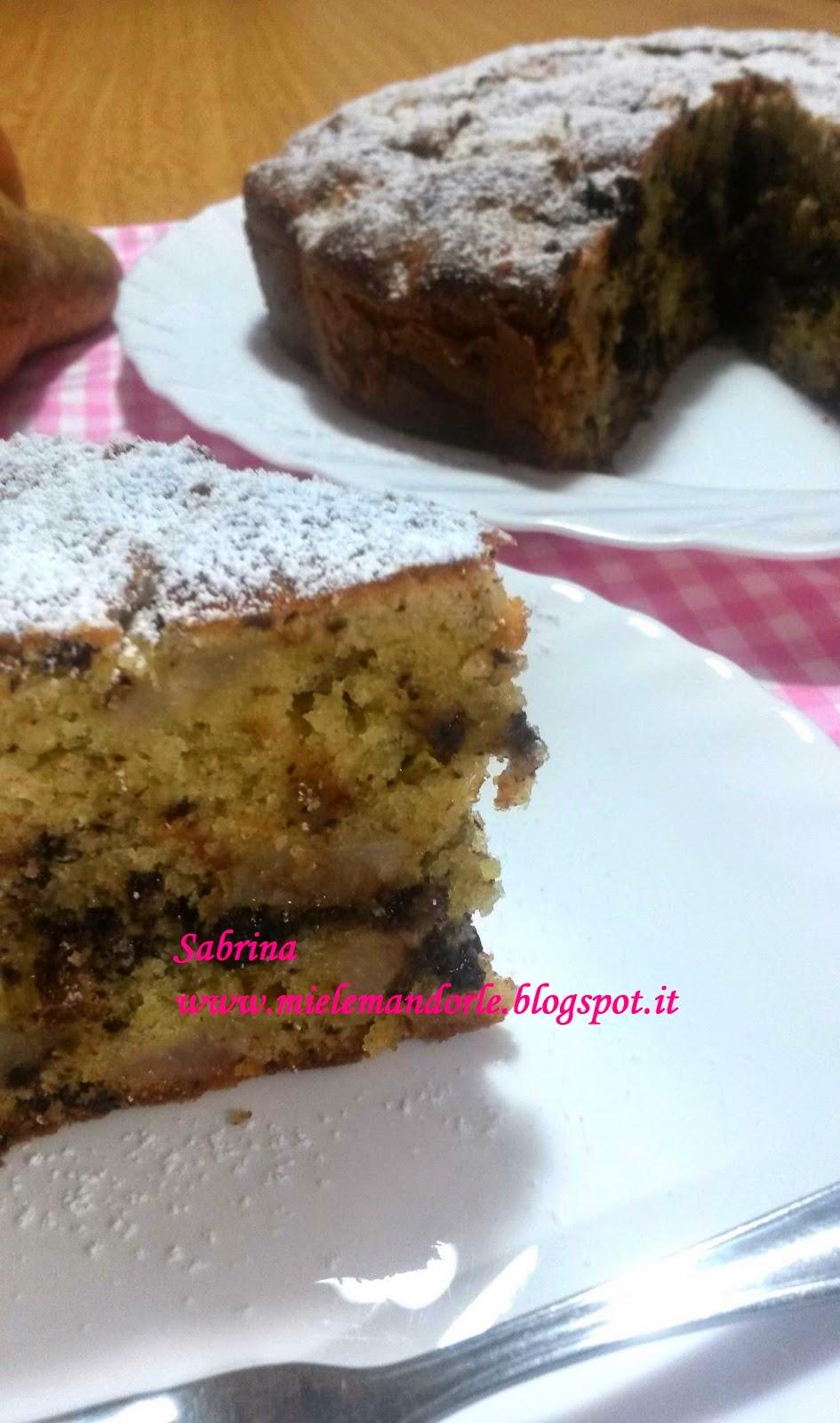 Fotografia della torta rustica con pere e scaglie di cioccolato dal blog Miele e Mandorle