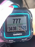 777の数字を示すGPS時計
