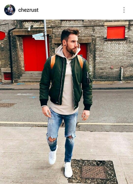 look masculino com jaqueta bomber e tênis branco
