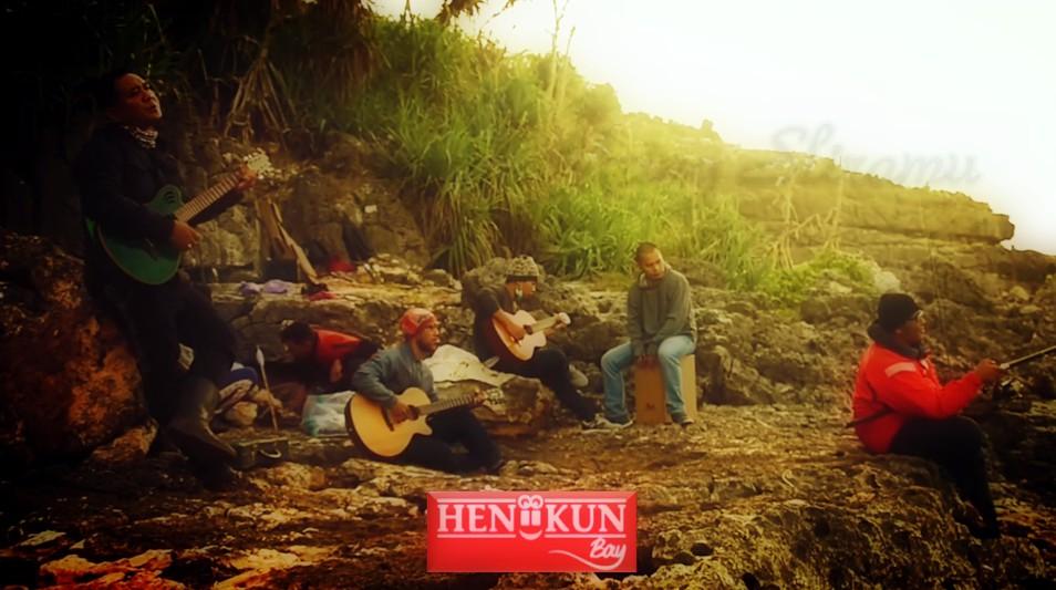 Salah satu adegan Heniikun Bay di videoklip Rung Wani Nembung.