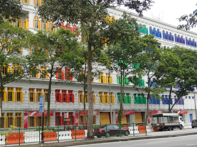sede do Ministério da Cultura de Cingapura, com suas janelas coloridas
