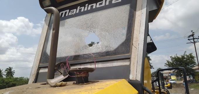 आटपाडीत राजपथ कंपनीच्या वाहनावर दगडफेक I सिमेंट रस्ता करीत नाहीत तो पर्यंत कामबंद I अनिल पाटील