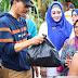 Bupati Pessel Bagikan Paket Sembako kepada Korban Banjir