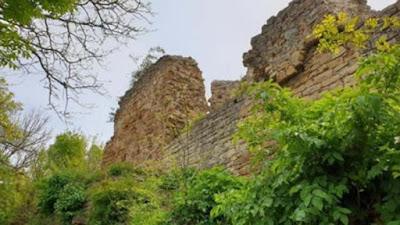 Le rovine della fortezza di Zishtova (Kaleto) a Svishtov sono tra le rovine superstiti più alte delle fortezze medievali in Bulgaria.