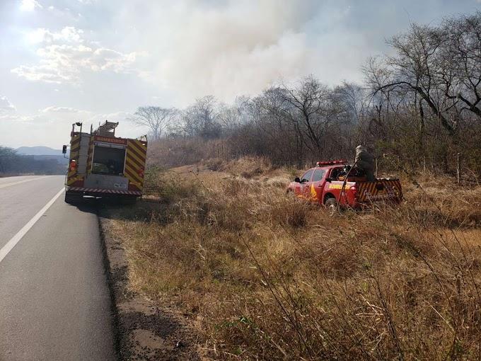 Bombeiros debelam incêndio em vegetação na zona rural de Canindé