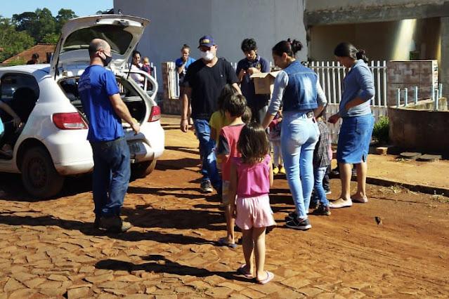 Grupo de WhatsApp distribui chocolate para crianças de Manoel Ribas