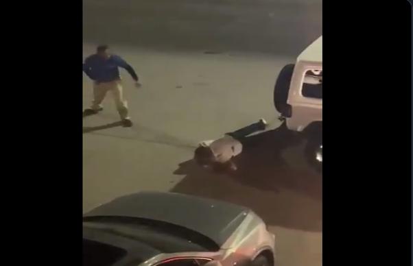 VIDEO-. Escolta de Aristoteles, tirado en el piso  a fuera de el restaurante tras agresión de Sicarios