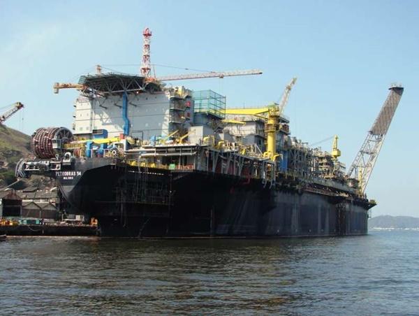 Novo surto de Covid-19 faz Petrobras alterar escalas nas plataformas; Petroleiros querem suspensão dos embarques