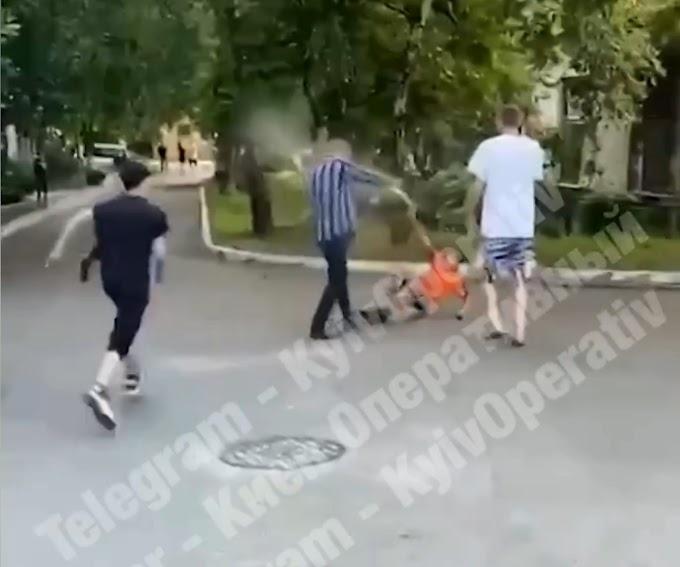 Звалили з ніг, копали і пшикали з балончика: 15 хв назад натовп підлітків напав на дідуся. Відео