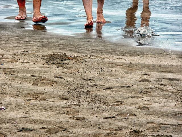 Arena y pies regresando del mar