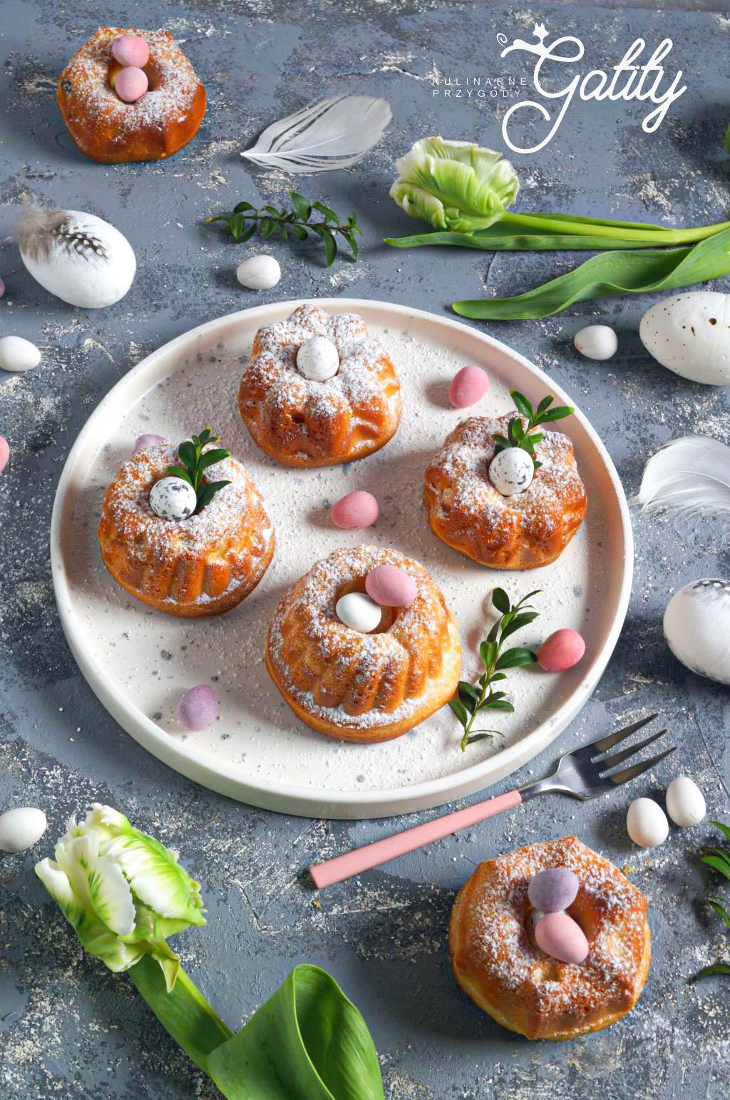 okragle-ciasta-z-kolorowymi-jajkami