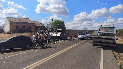 Caminhão carregado de refrigerante se envolve em acidente grave entre Iguatu e Acopiara