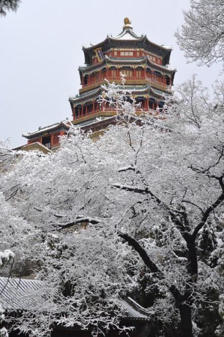 Thiên Đàn hay đàn thờ Trời ở nội thành được xem là khu đền thờ tự của các hoàng đế linh thiêng nhất Bắc Kinh. Ngôi đền là kiệt tác về kiến trúc và cảnh quan được UNESCO công nhận Di sản Văn hoá Thế giới. Lớp tuyết trắng tạo nên khung cảnh trầm mặc, cổ kính. Điểm đến này là một trong những cái tên nổi bật được nhiều du khách lựa chọn trong chuyến du lịch mùa đông.