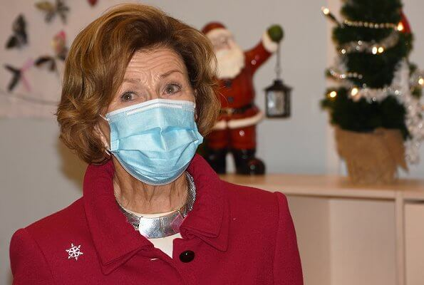 Queen Sonja of Norway paid a pre-Christmas visit to Oslo Crisis Center and Bokollektivet