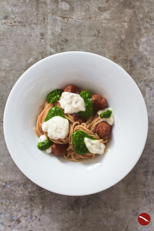 Spaghetti mit Fleischbällchen aus Salsicce, Pesto und Mozzarellaschaum {Die Nudel der Woche} #spaghetti #pasta #schnell #tomatensauce #auflauf #salsicce #fleischbällchen #pesto #basilikum #mit_Cashew #parmesan #hackfleischbällchen #hackbällchen #ofen #thermomix #käseliebe #einfach #rezepte #tomatensauce #bolognese #meatballs