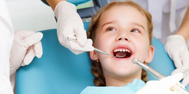 First dental visit of  child to dentist