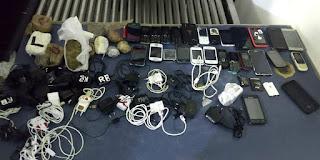 Homem é preso por policiais do 4º BPM tentando arremessar celulares e droga para dentro de presídio em Guarabira