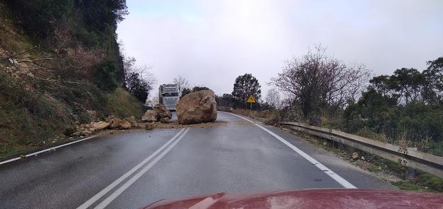 Θεσπρωτία: Αποκολλήθηκε τεράστιος βράχος – Άγιο είχαν οι διερχόμενοι οδηγοί