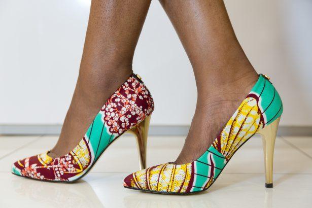 Chaussure de femme en page ou l'art de personnaliser sa tenue à sa guise : Chaussure, art, Beauté, mode, tendance, élégance, wax, tissu, pagne, femme, noire, multi, couleur, Sandales, espadrilles, style, ethnique, LEUKSENEGAL, Dakar, Sénégal, Afrique
