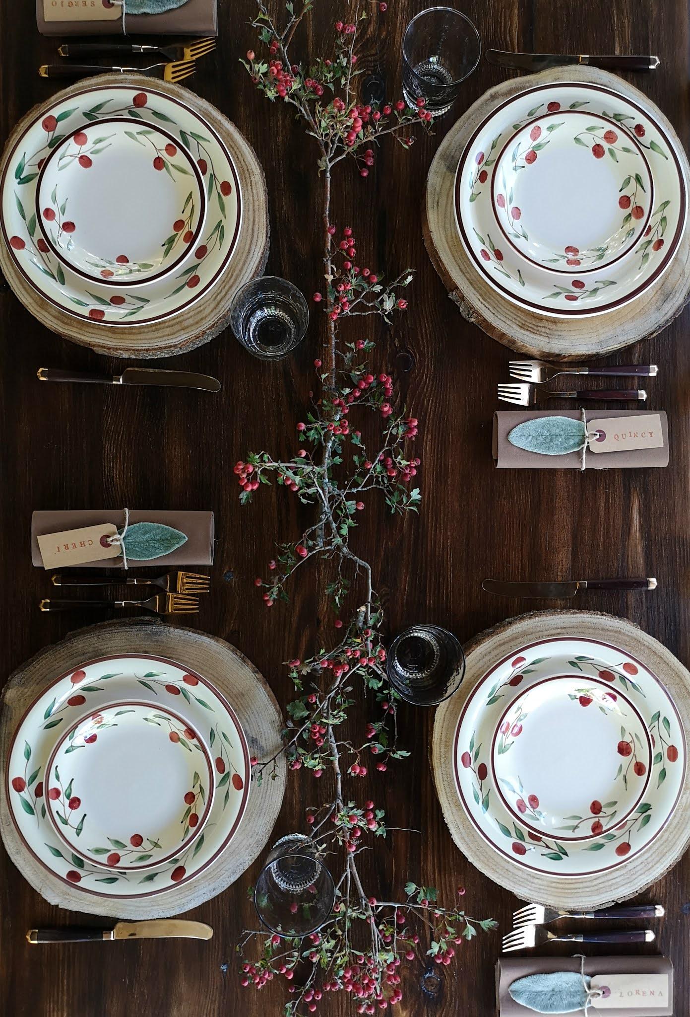 tavola con sottopiatti in legno