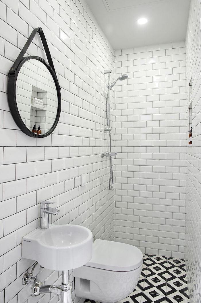 Baño azulejos tipo metro y suelo hidraúlico