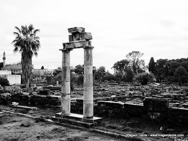 Ruínas clássicas e minaretes ao fundo na ilha de Kos
