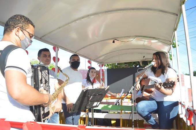 Prefeitura homenageia mães com mensagem e canções ao vivo pelas ruas de Grossos