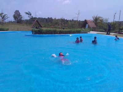 Kolam renang Desa Wisata Ekang Bintan
