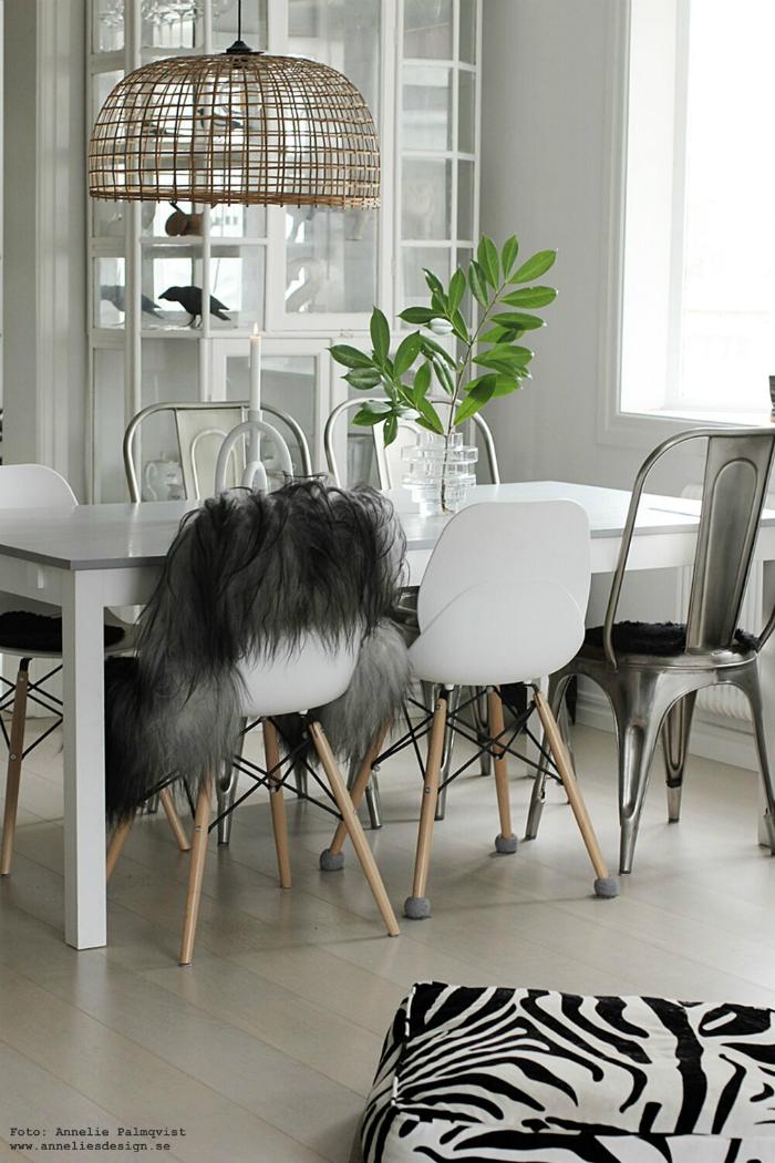 annelies design, webbutk, webbutiker, vako, vas, matsal, matplats, matbord, stolar, fårskinn, arcus ljusstake, inredning, dekoration, korp, fågel, kvist, gröna växter, lampa, buffelhuvud