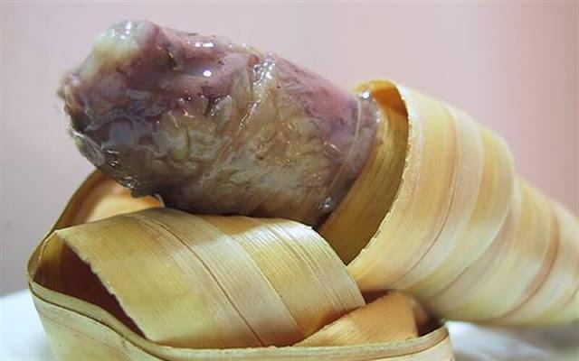 Trước khi gói, lá dừa được vuốt tỉa thành ống, nếp vo sạch trộn với đậu đen, cơm dừa tươi, nước cốt dừa, cứ thế mà cho vào bên trong. Bánh lá dừa thường được gói nhân đậu xanh như bánh chưng, bánh tét, ngoài ra để đổi vị, người miền Tây còn dùng chuối sứ để làm nhân.