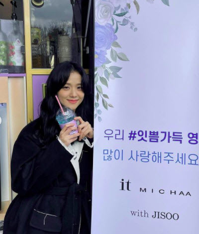 Jisoo gets a colorful new foodtruck on the set of Snowdrop