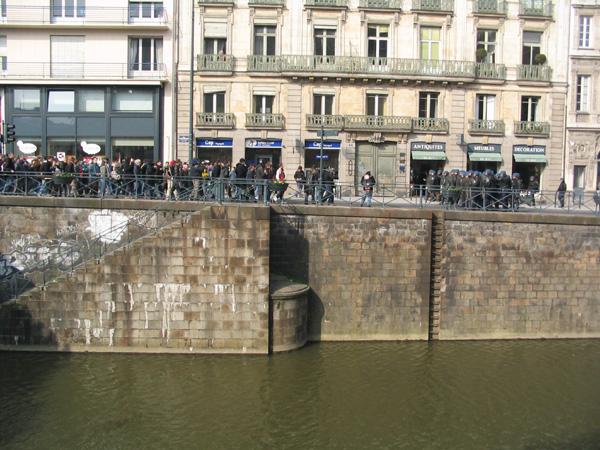 """Les CRS sur les quais près de la Place Saint-Germain pendant les manifs contre le """"CPE"""" - Mars 2006 - Photo Erwan Corre"""