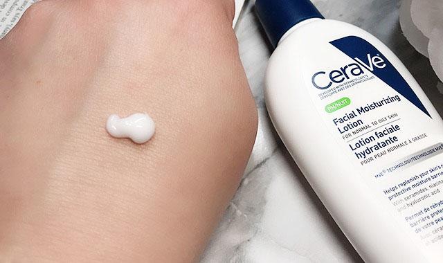 Kết cấu CeraVe PM có sự lai giữa kem-gel, nhưng nghiêng nhiều về mặt kem hơn.