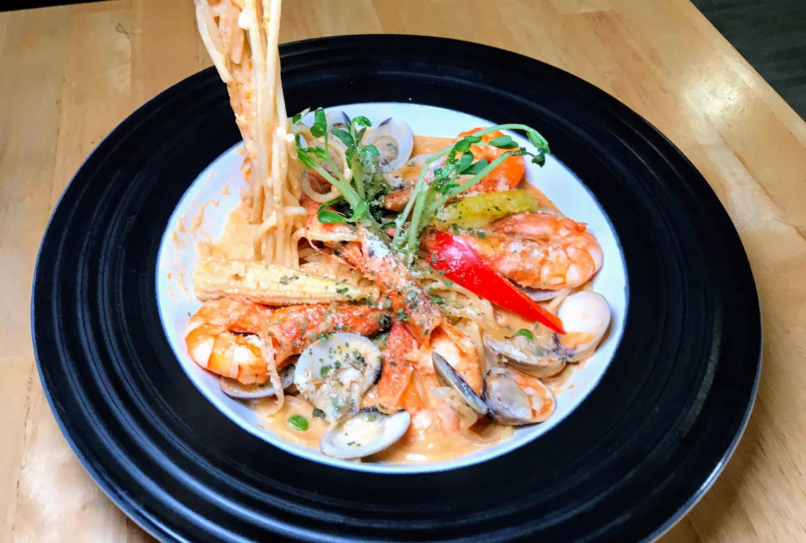  逗点,複合式餐飲 東區的聚餐好所在 環境舒適又提供多樣化餐點 [台南 東區 德安百貨]