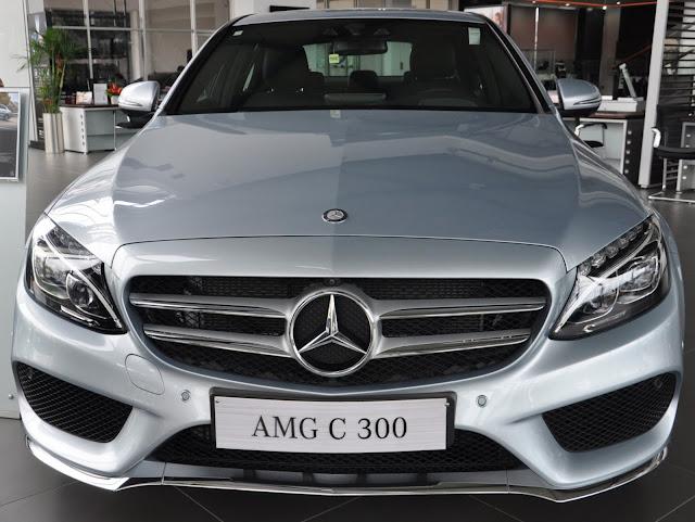 Mercedes C300 AMG trang bị Lưới tản nhiệt 2 nan, với Logo ngôi sao 3 cánh chính giữa