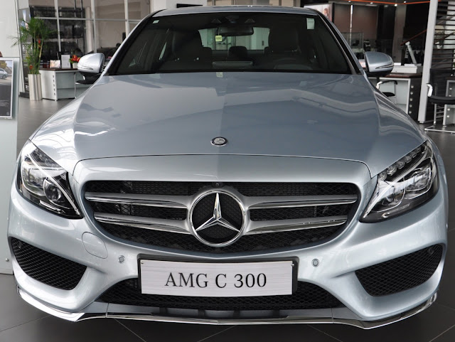 Phần đầu Mercedes C300 AMG 2018 được làm nổi bật nhờ thiết kế Lưới tản nhiệt 2 nan với Logo ngôi sao 3 cánh chính giữa