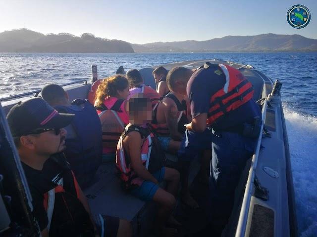 Guardacostas rescata a nueve personas tras vuelco de embarcación