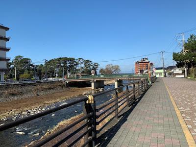 ふじやホテル前に流れる山川