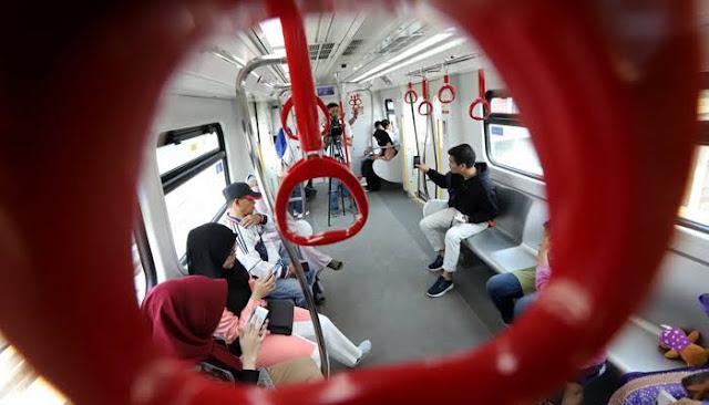 Resmi Berbayar, Penumpang Padati Stasiun LRT Velodrome Rawamangun
